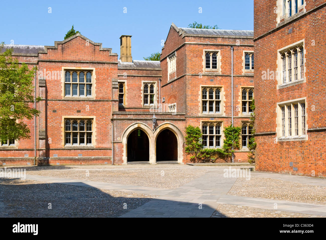 Winchester College founded by charter 1382 by Bishop William of Wykeham red brick school yard quad buildings tree - Stock Image