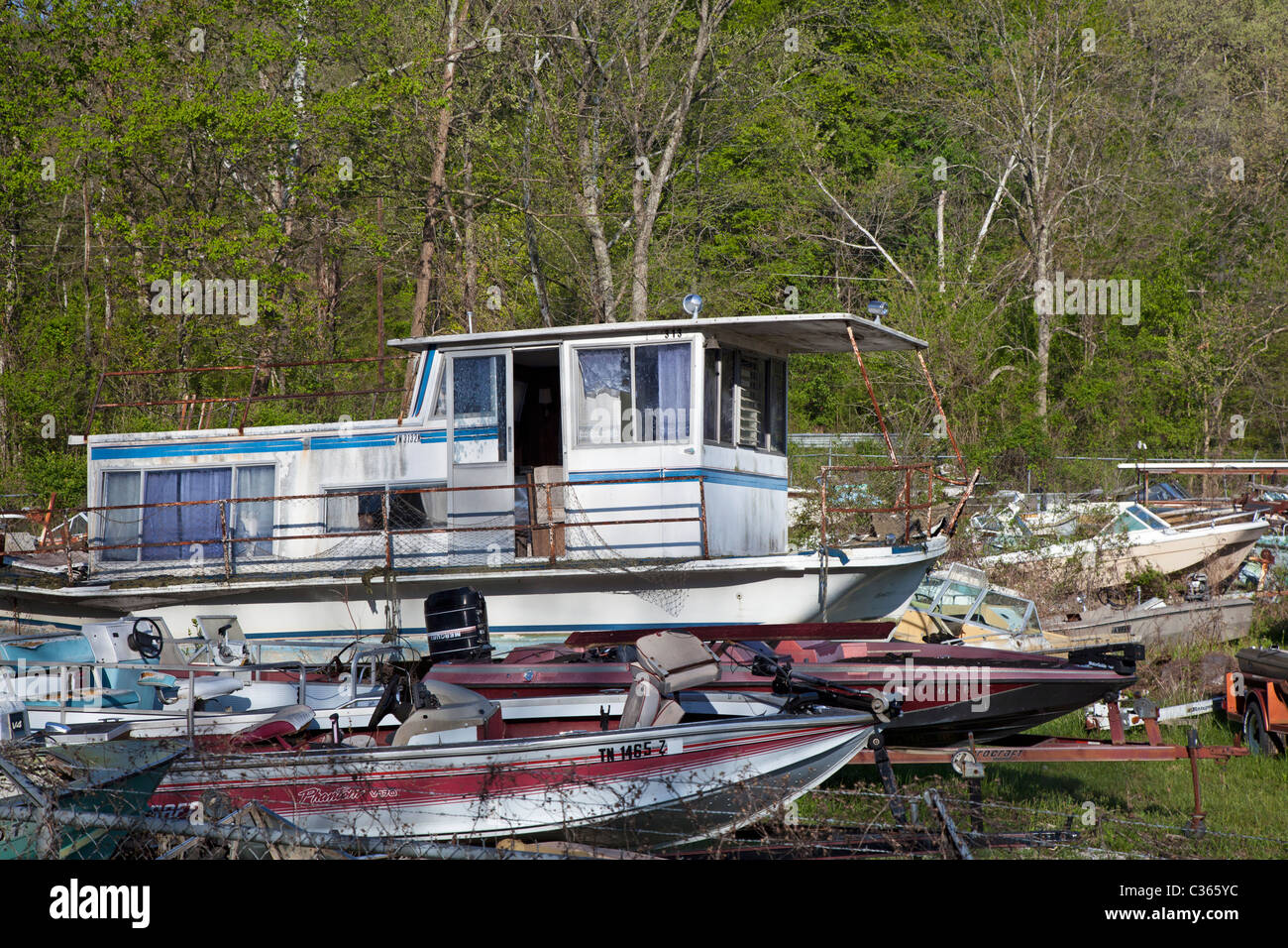 Kingston, Tennessee - Boats piled up in a junkyard. - Stock Image