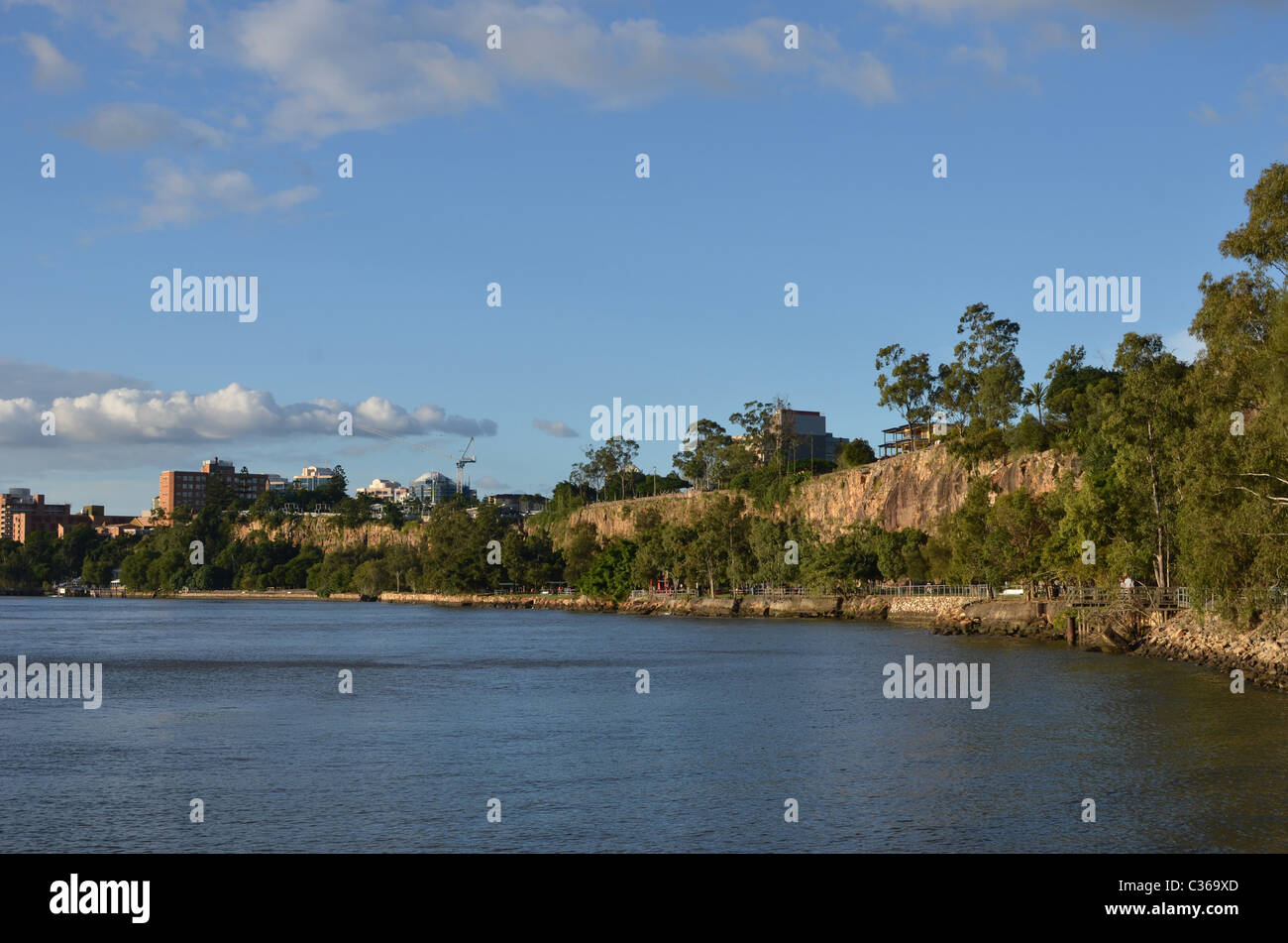 Kangaroo Point Cliffs in Brisbane, with the Brisbane River in the foreground. - Stock Image