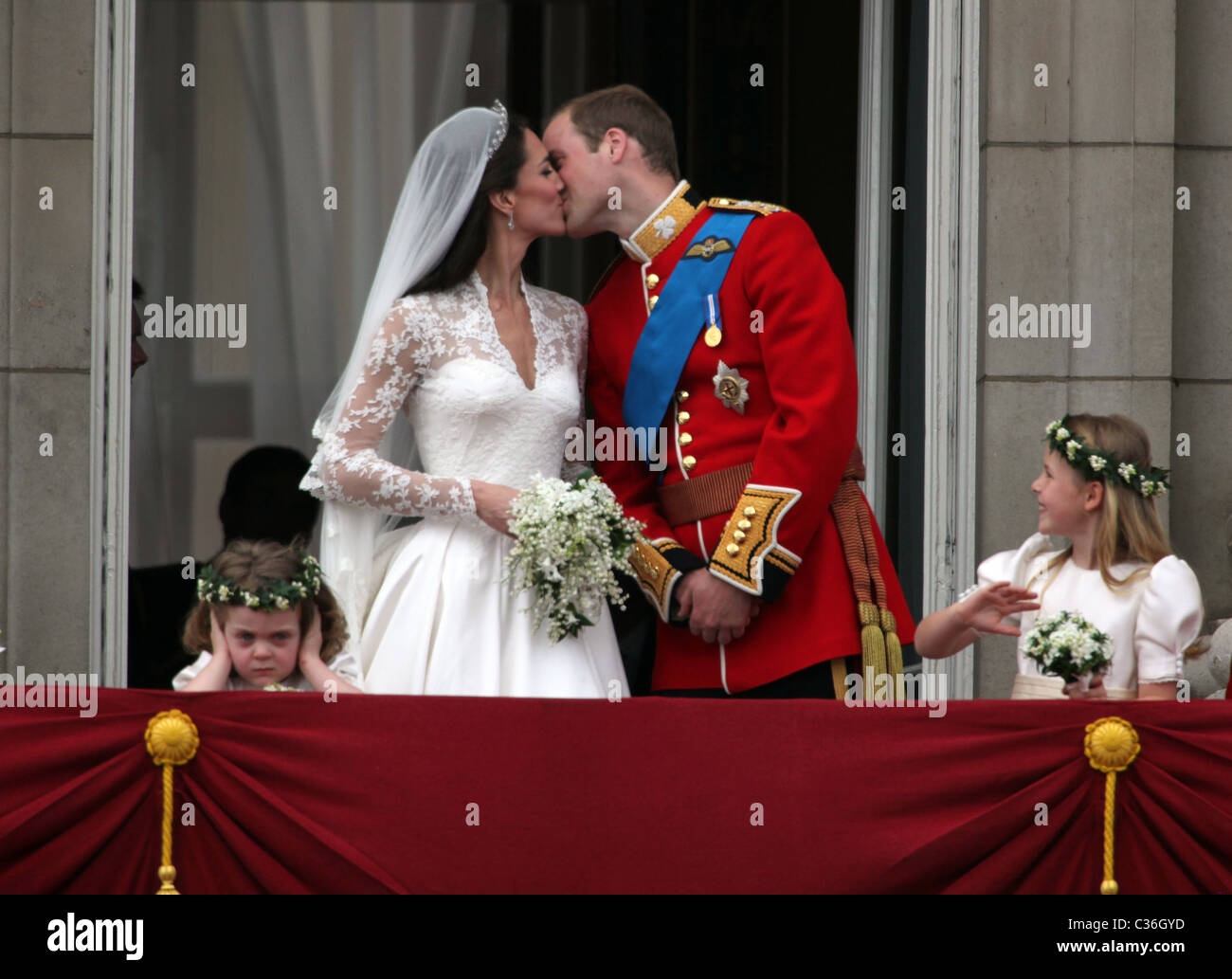 THE DUKE AND DUCHESS OF CAMBRIDGE AFTER THEIR WEDDING  - BUCKINGHAM PALACE. 29.4.11 PICS BY NICHOLAS BOWMAN - Stock Image