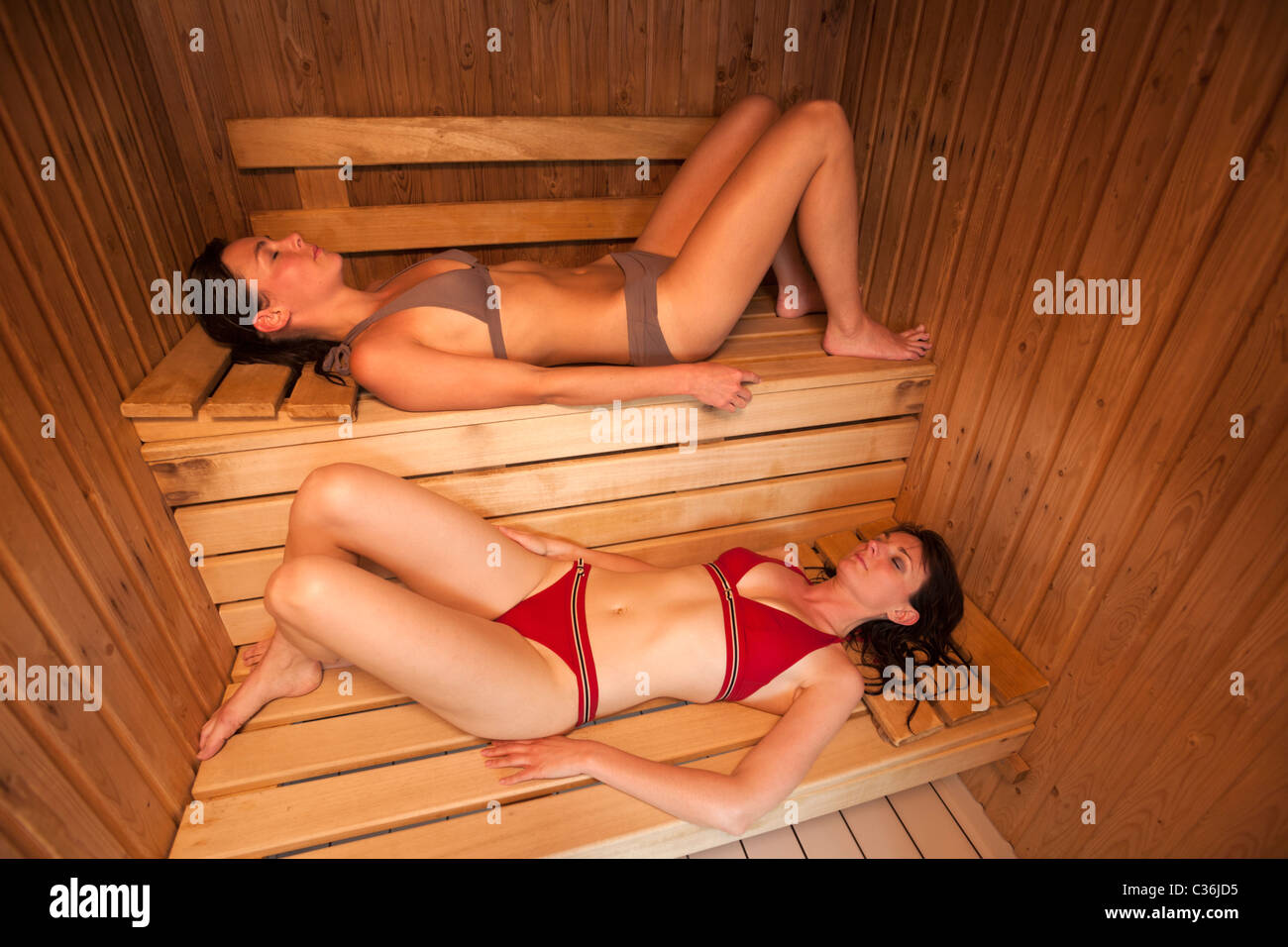 Two young women in the sauna of the Vichy - Val d'Allier swimming pool (France). Deux jeunes femmes dans le - Stock Image