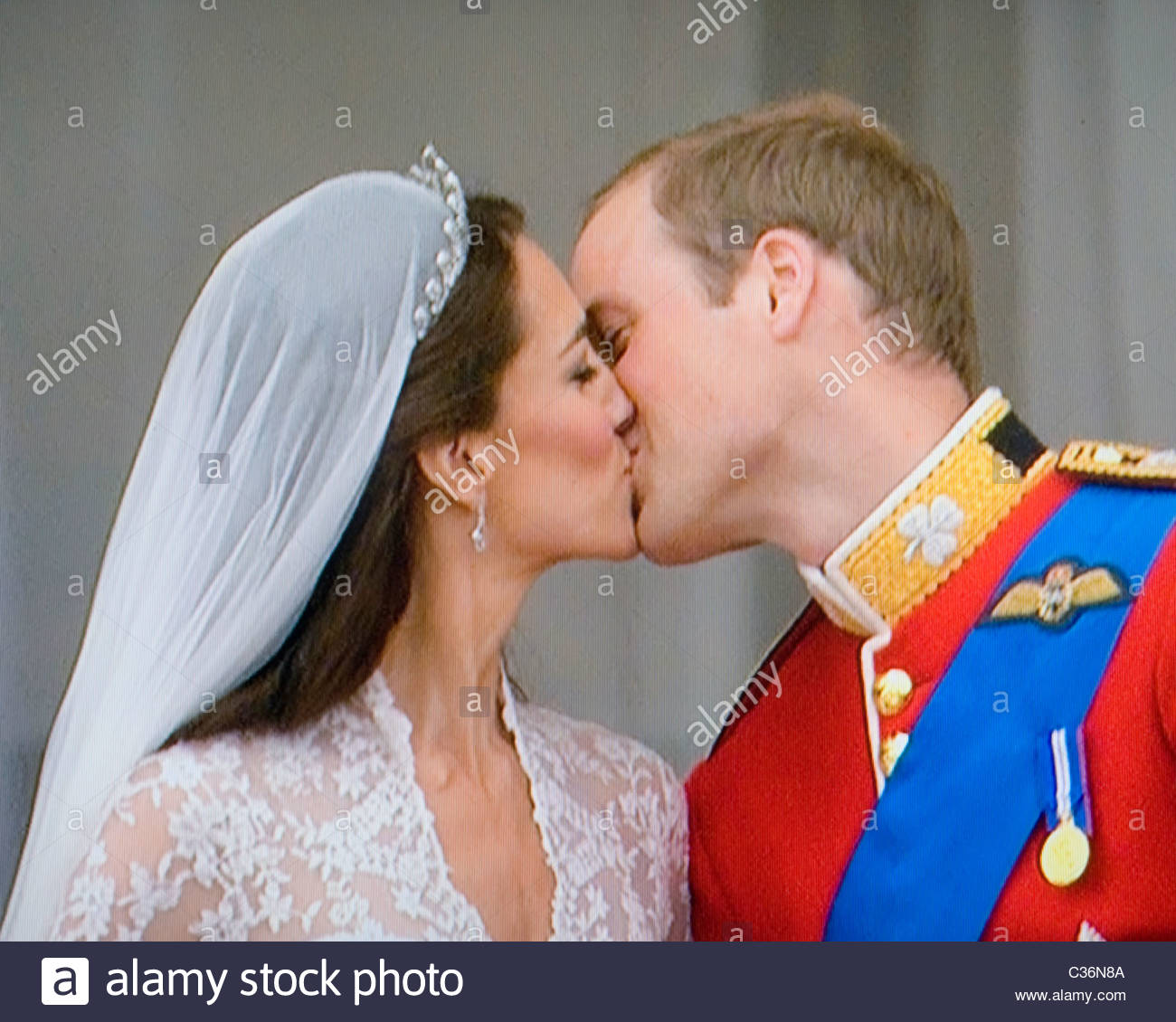 Prince William and Catherine Middleton kiss on Balcony of Buckingham Palace after their wedding on 29th April, 2011 - Stock Image