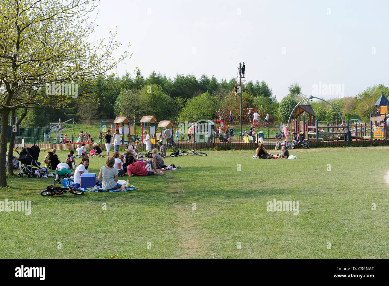 Stock photo if families relaxing at Rushcliffe country park in Nottingham. - Stock Image