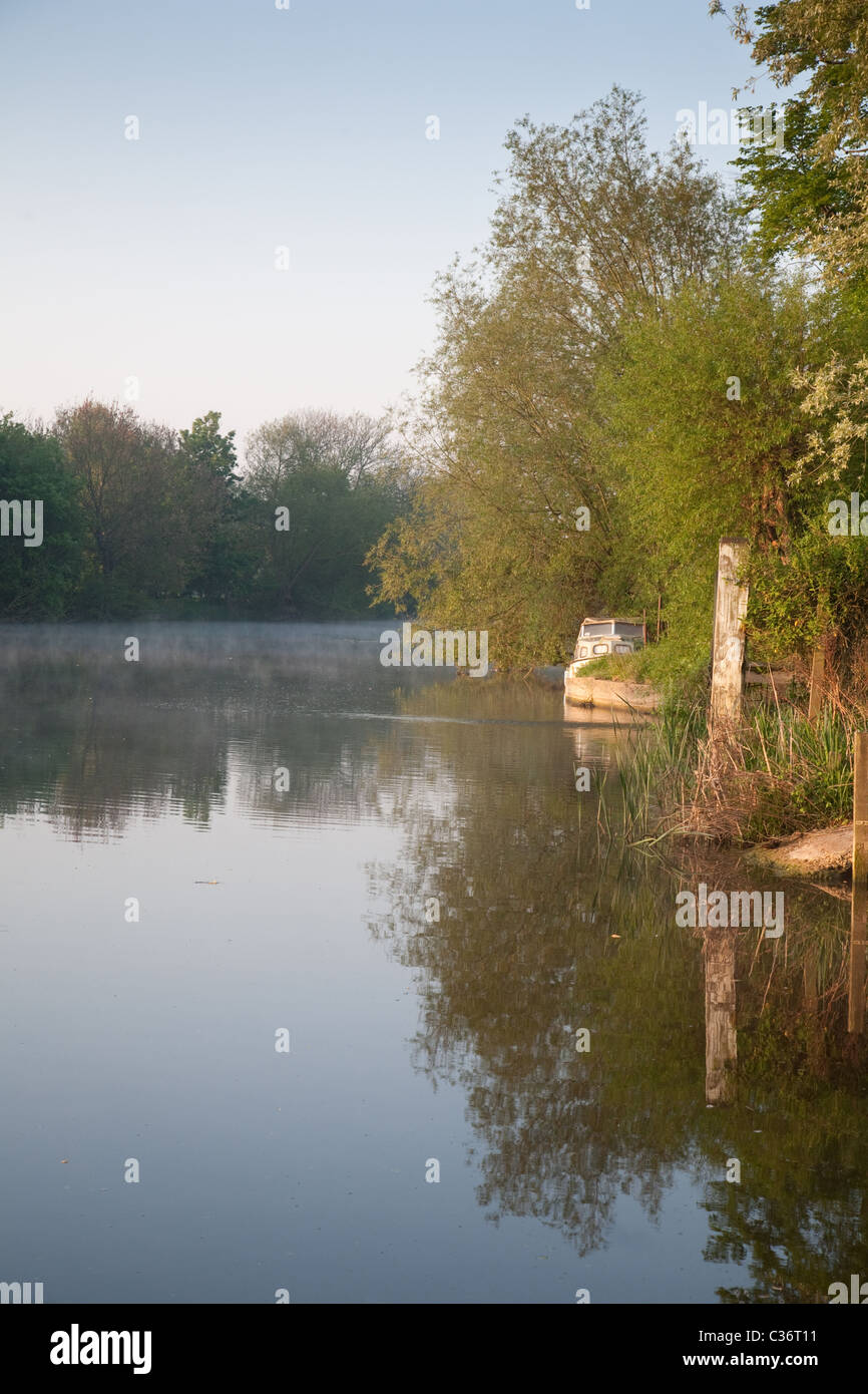 Early morning on the river Thames at  Wallingford, Oxfordshire - Stock Image