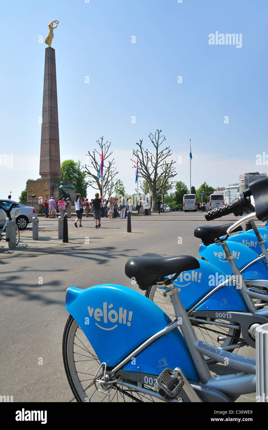 Rental bikes Véloh and the Monument of Remembrance / Monument du Souvenir / Gëlle Fra at Luxembourg city - Stock Image