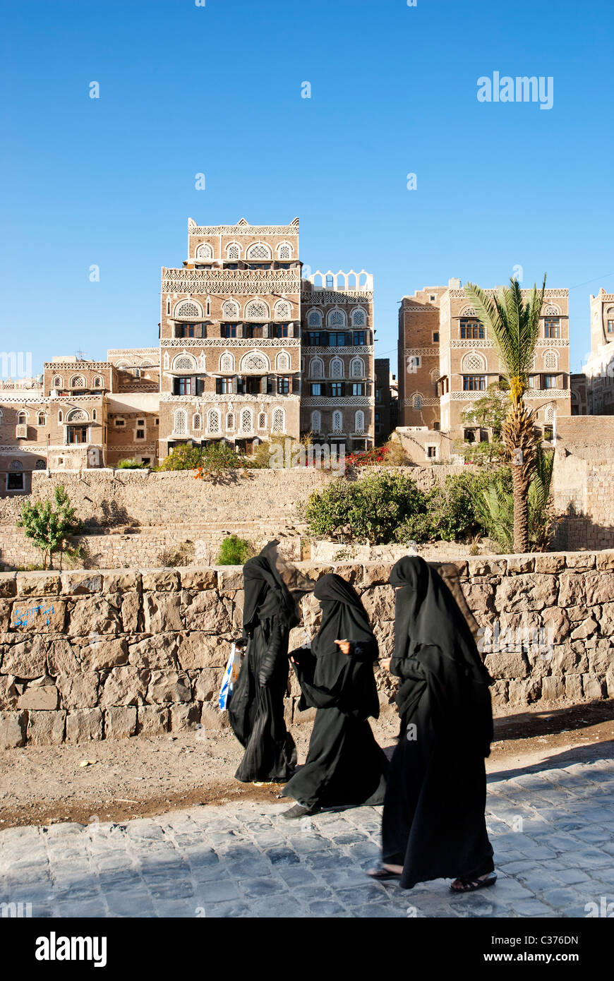 veiled women in central saana yemen - Stock Image