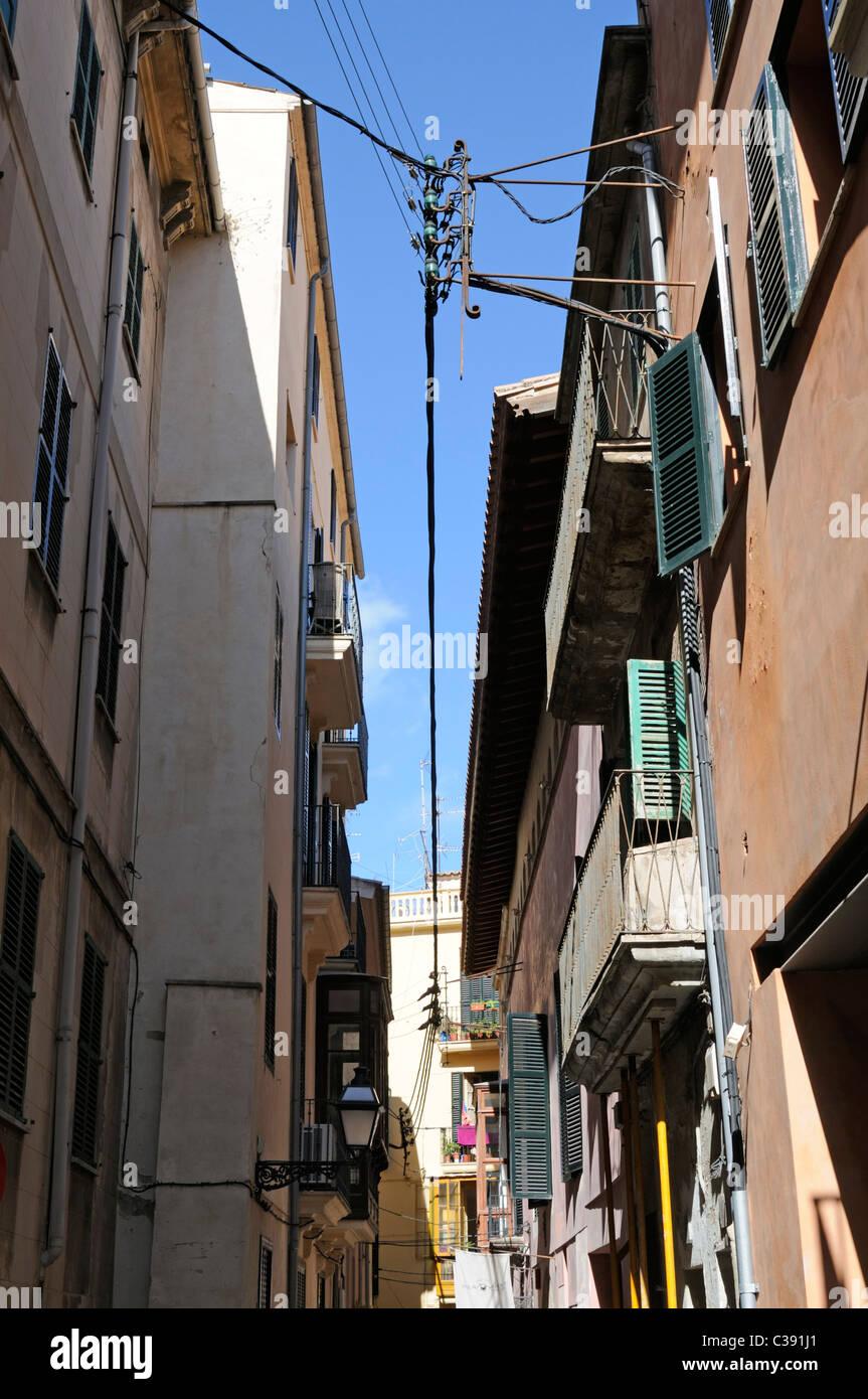 Enge Gasse im La Lonja Stadtviertel, Palma, Mallorca, Spanien. - Narrow alley in the La Lonja district, Palma, Majorca, Stock Photo