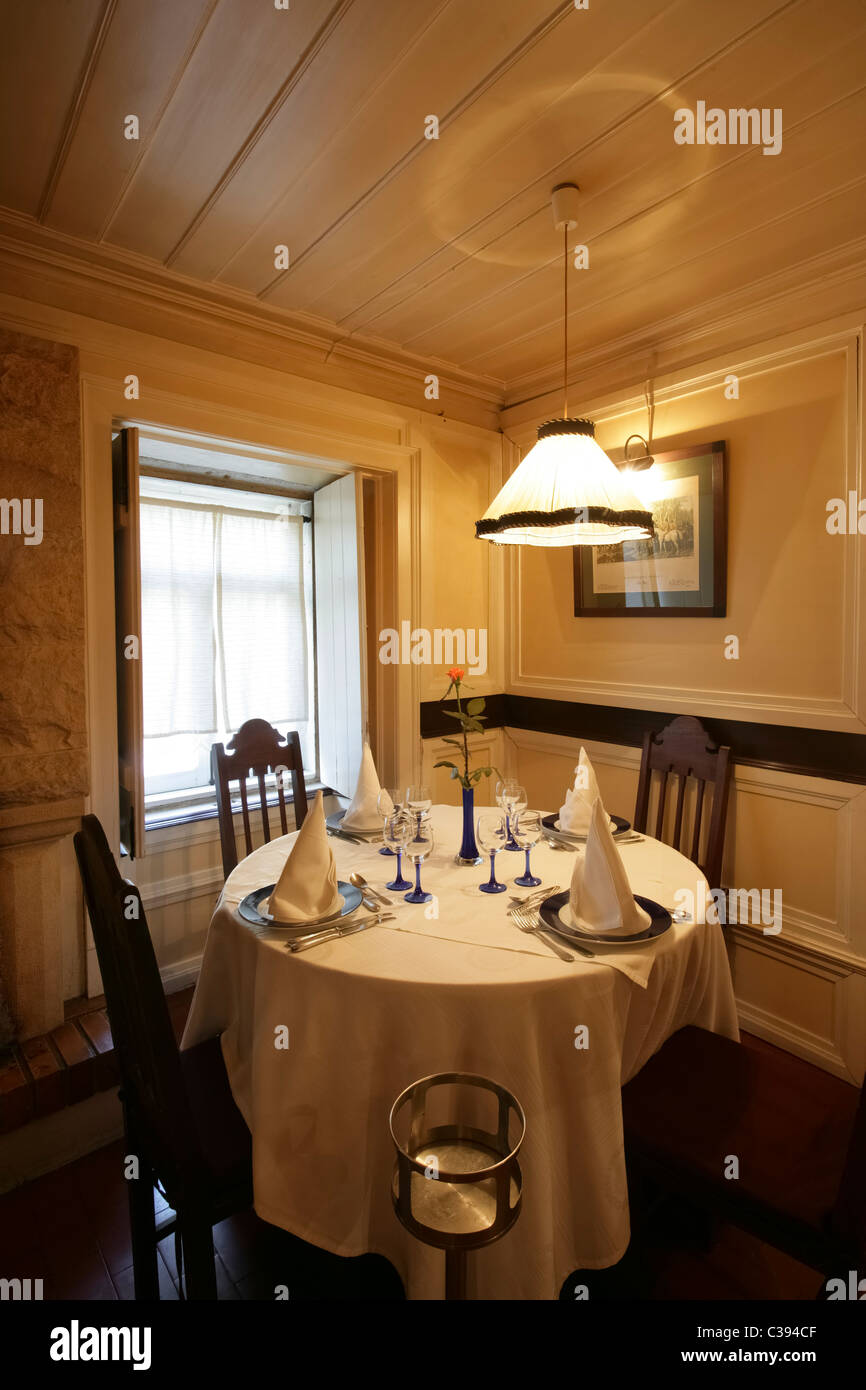 Round Table At A Fancy Restaurant Stock Photo Alamy - Fancy restaurant table