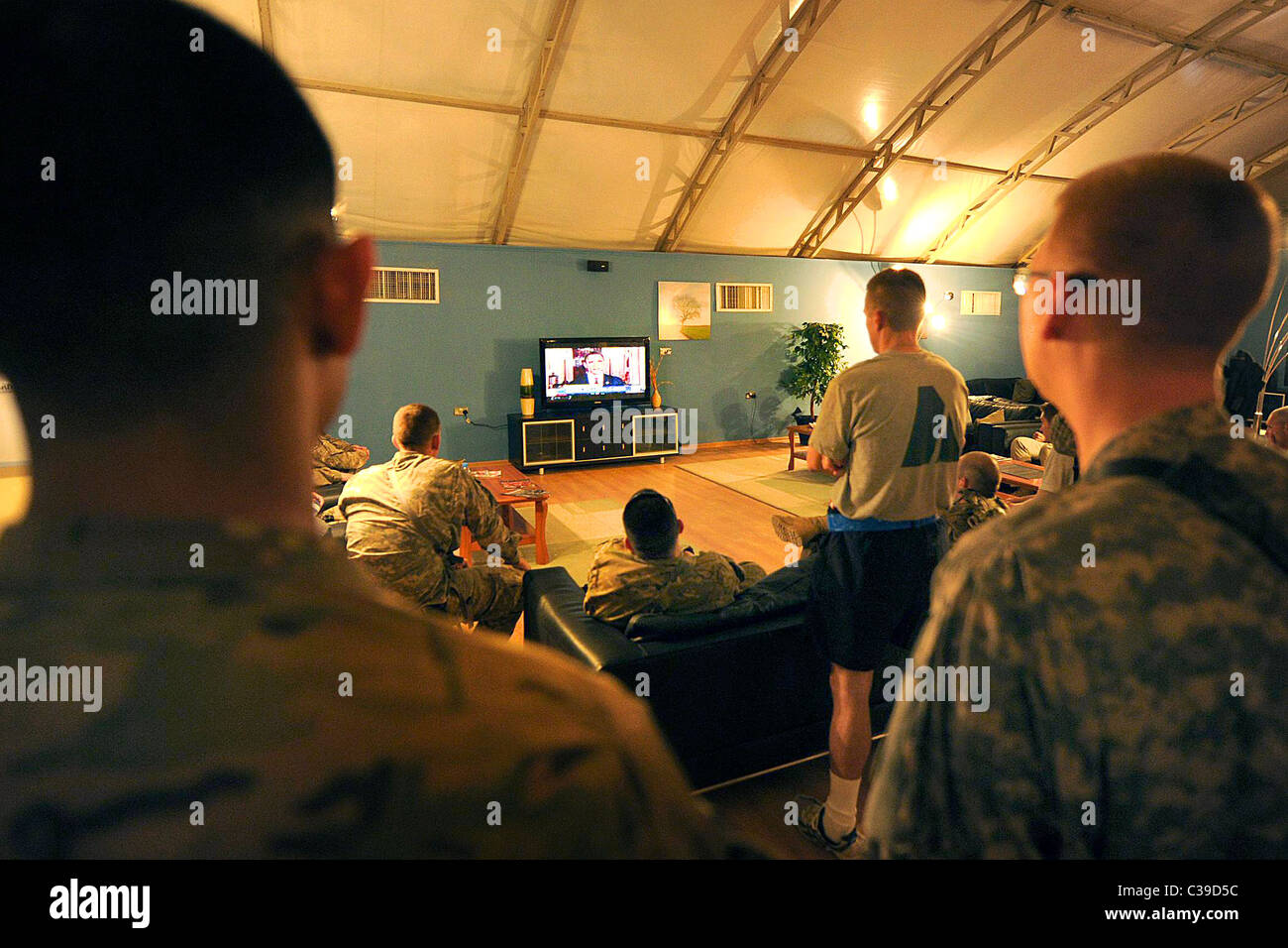 U.S. service members watch on television President Obama talk about the details of the death of 9/11 mastermind, - Stock Image