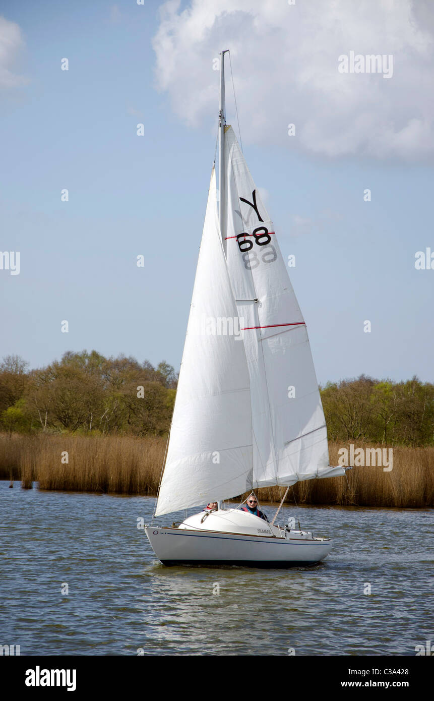 Yacht sailing on Hickling Broad on the Norfolk Broads, East Anglia, England. - Stock Image