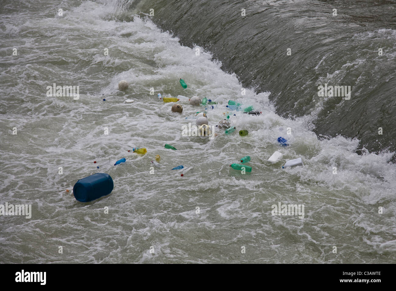 Plastic debris pollution in the rapids of the Tiber river in Rome. Detriti di plastica in una rapida del fiume Tevere - Stock Image