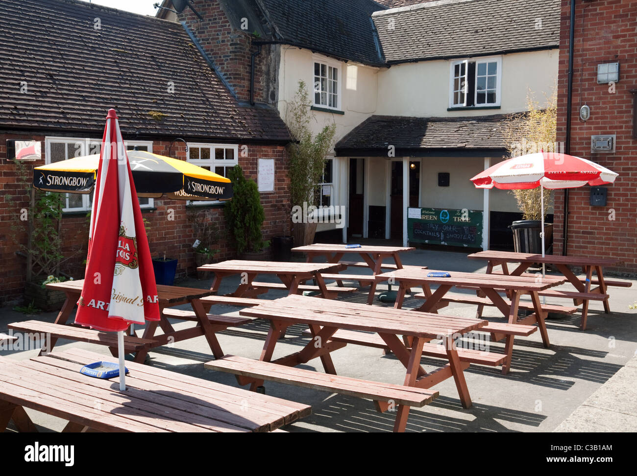 An empty pub beer garden on a sunny Easter week end, Wallingford Oxfordshire - Stock Image