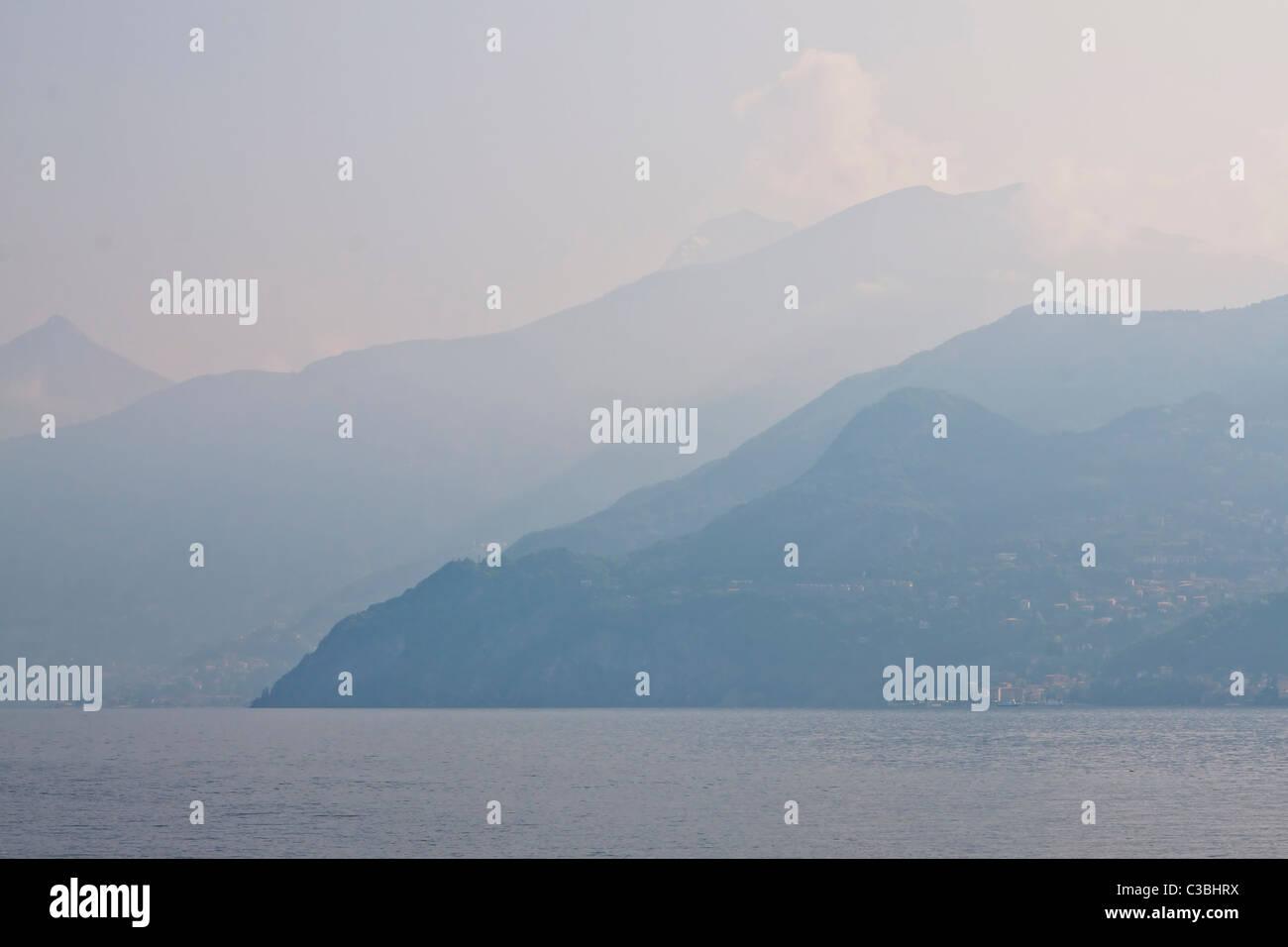Nebel über dem Lago di Como - Stock Image