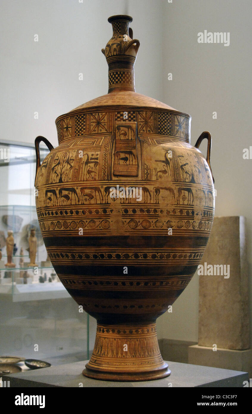 Greek art. Terracotta krater with lid surmounted by a small hydria. Geometric Period. Ca. 750-740 BC. - Stock Image
