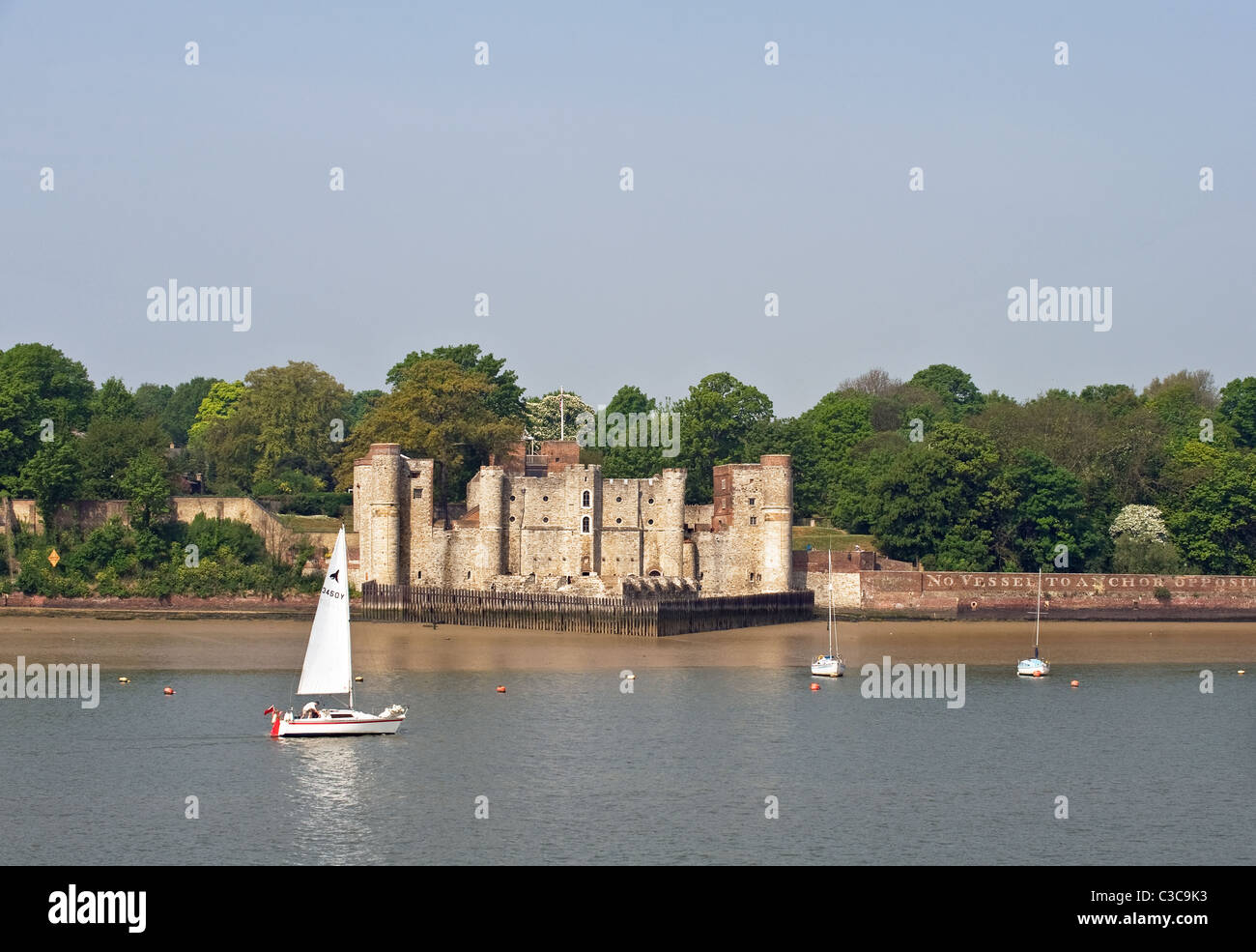 A sailboat sailing past Upnor Castle.  Photo by Gordon Scammell - Stock Image