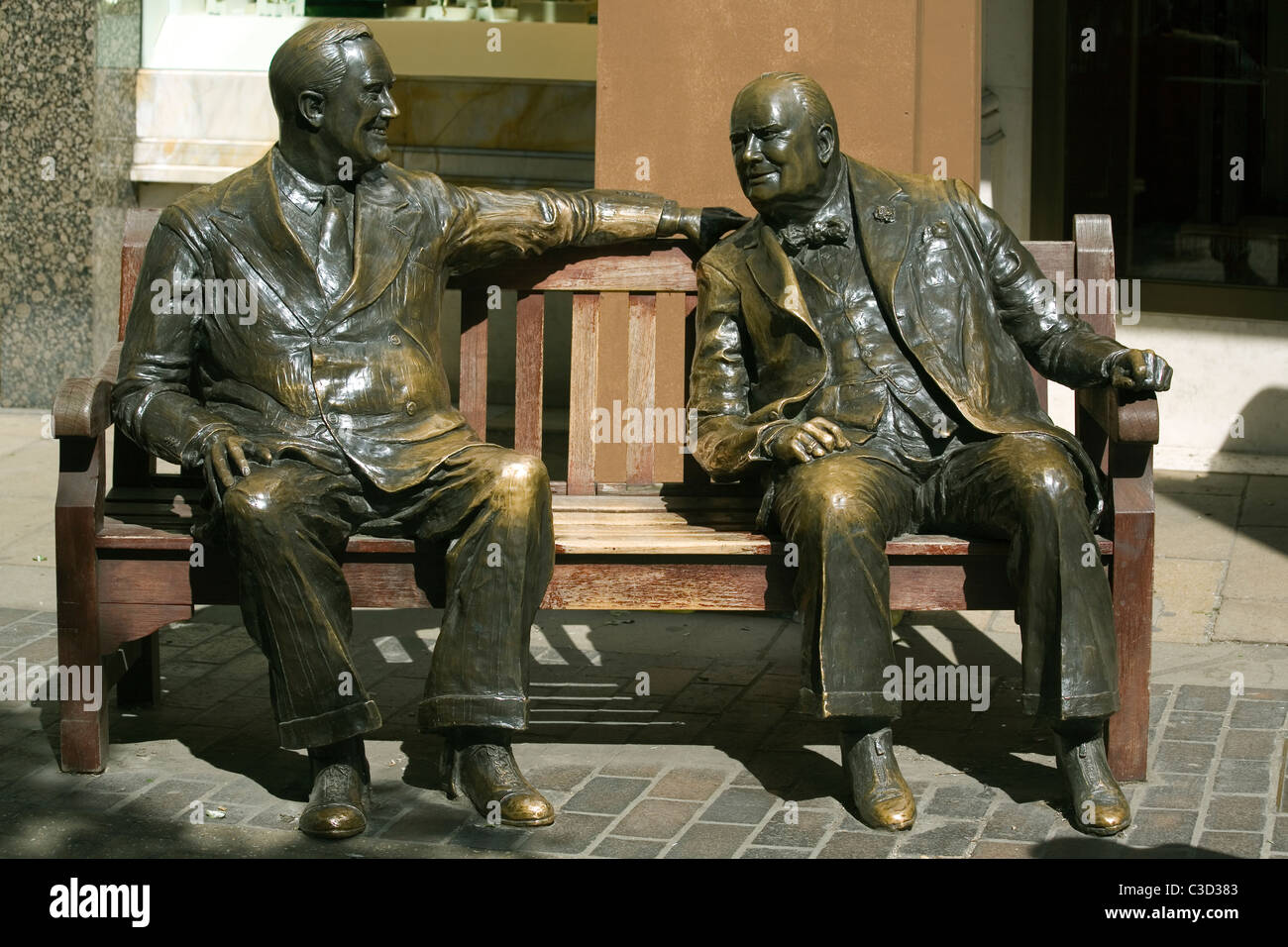 England London Bond street, 'Allies' sculpture of Roosevelt & Churchill sitting on a bench - Stock Image