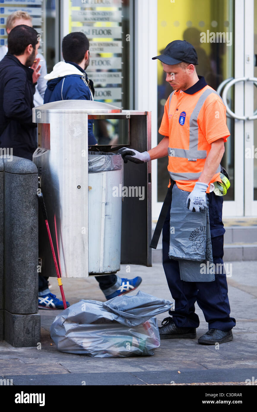 Oxford City Council litter picker changing a bin - Stock Image