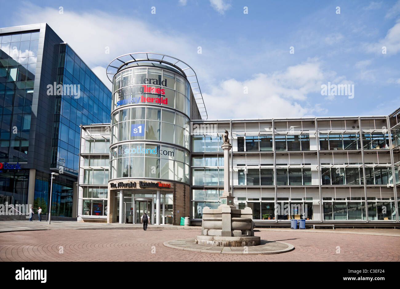 Glasgow HQ owned by Newsquest, incorporating The Herald, Sunday Herald, Evening Times, S1. William Annan Fountain - Stock Image