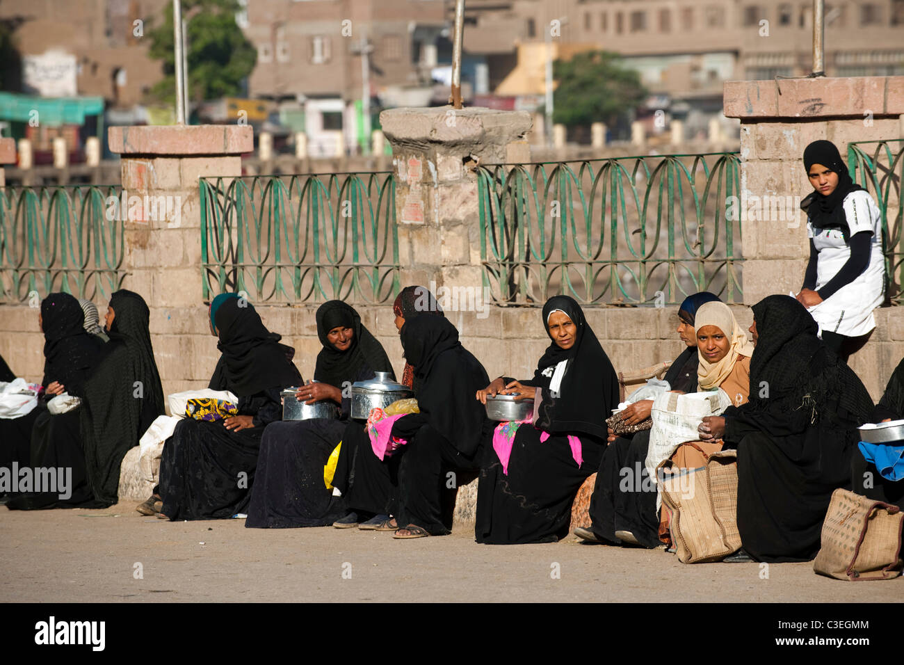 Aegypten, Esna, Strassenszene, Frauen verkaufen Käse - Stock Image