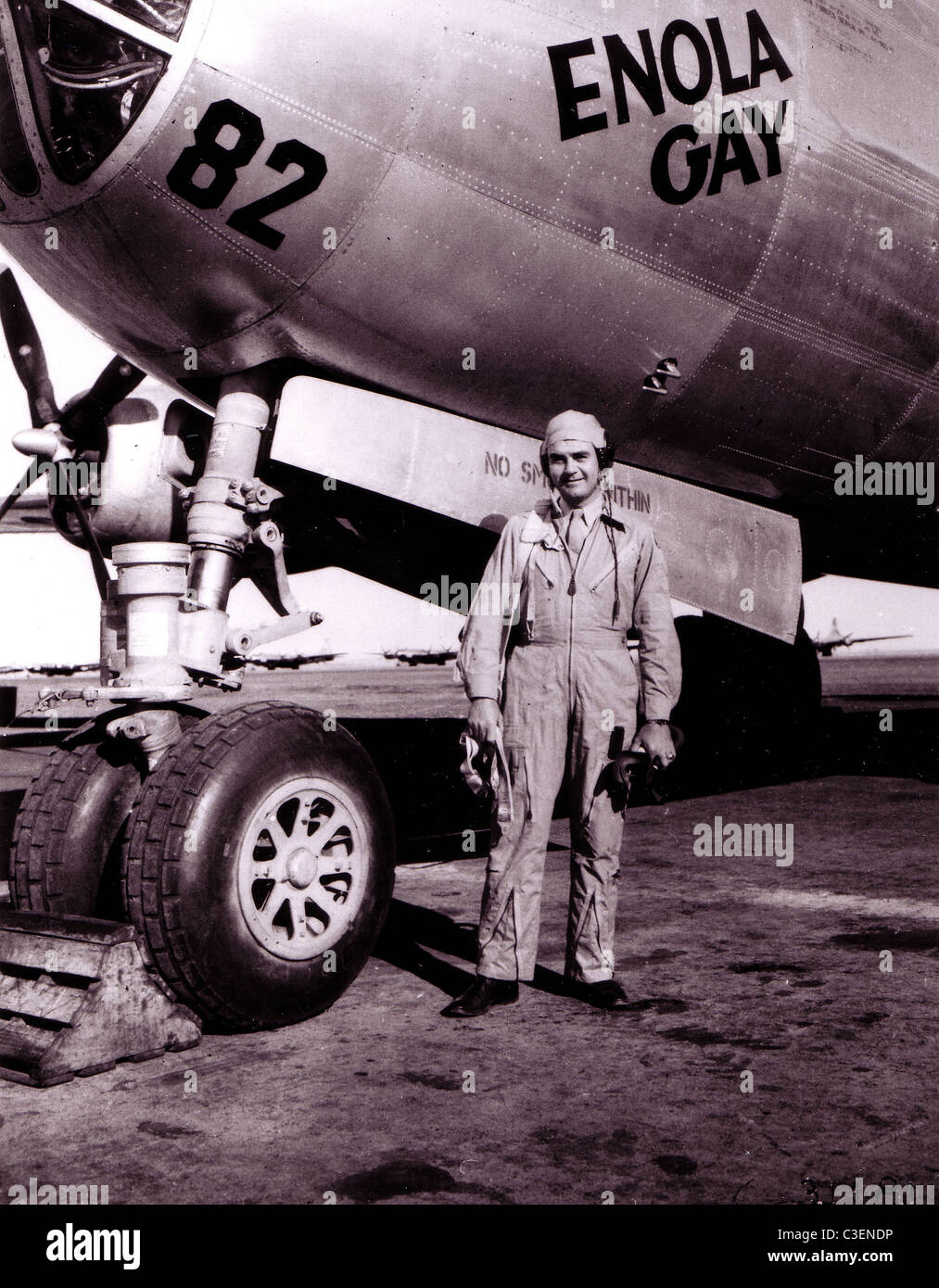 """Col. Paul Tibbetts, Jr. poses in front of his B-29 Superfortress """"The Enola Gay"""". Stock Photo"""