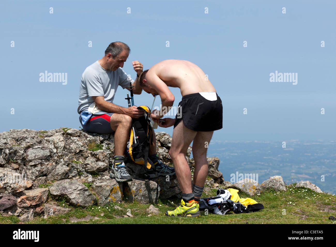 Hikers on top of the Mondarrain peak in the French Basque country Randonneurs au sommet du pic du Mondarrain dans - Stock Image