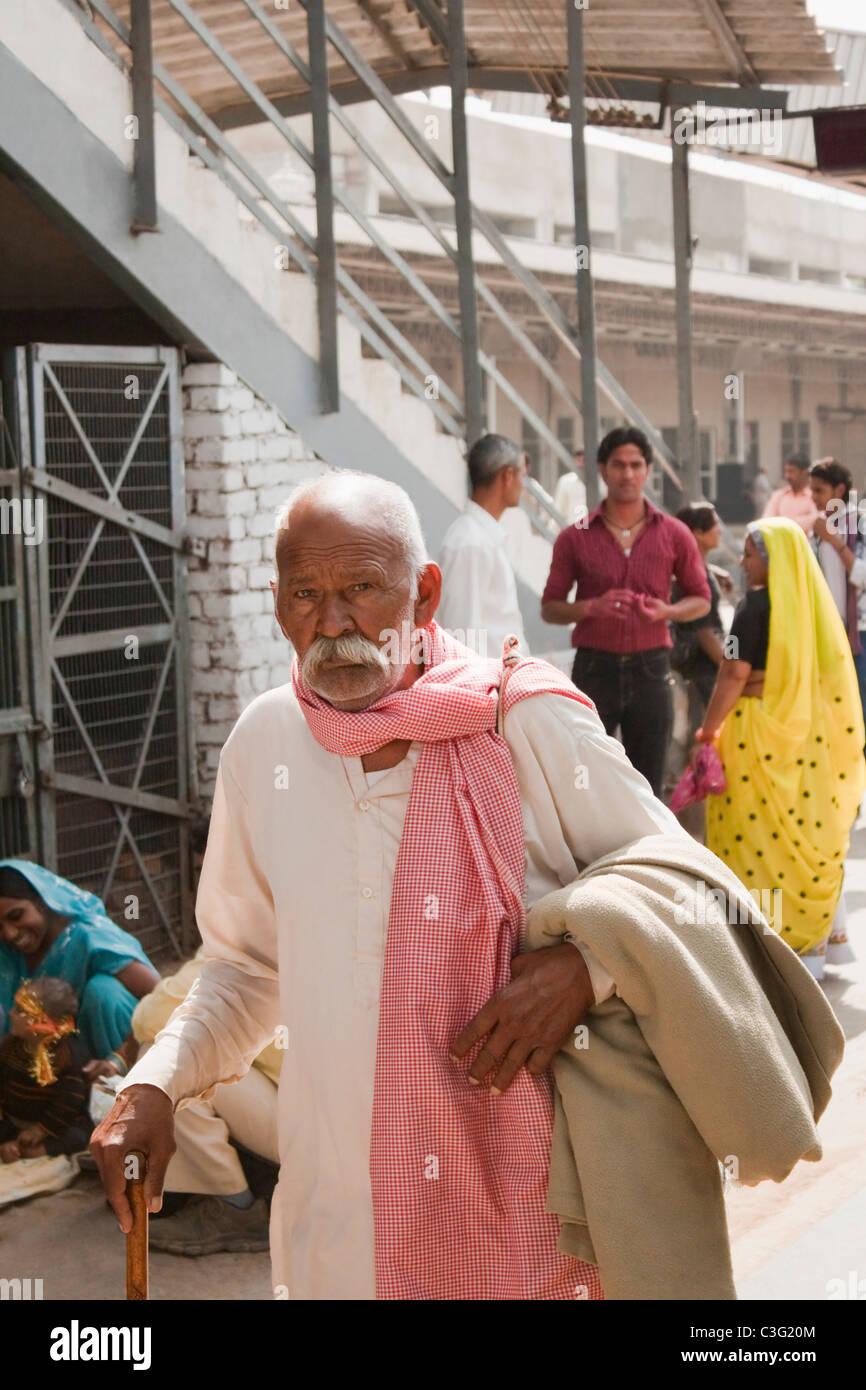 Man walking at a railway station, Ahmedabad, Gujarat, India - Stock Image