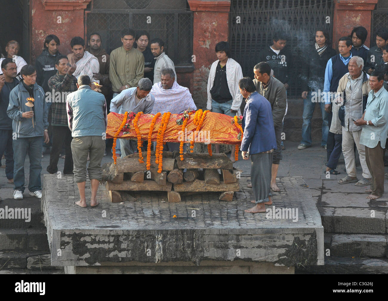 A funeral taking place at the ghats at Pashupatinath temple Kathmandu, Nepal. - Stock Image