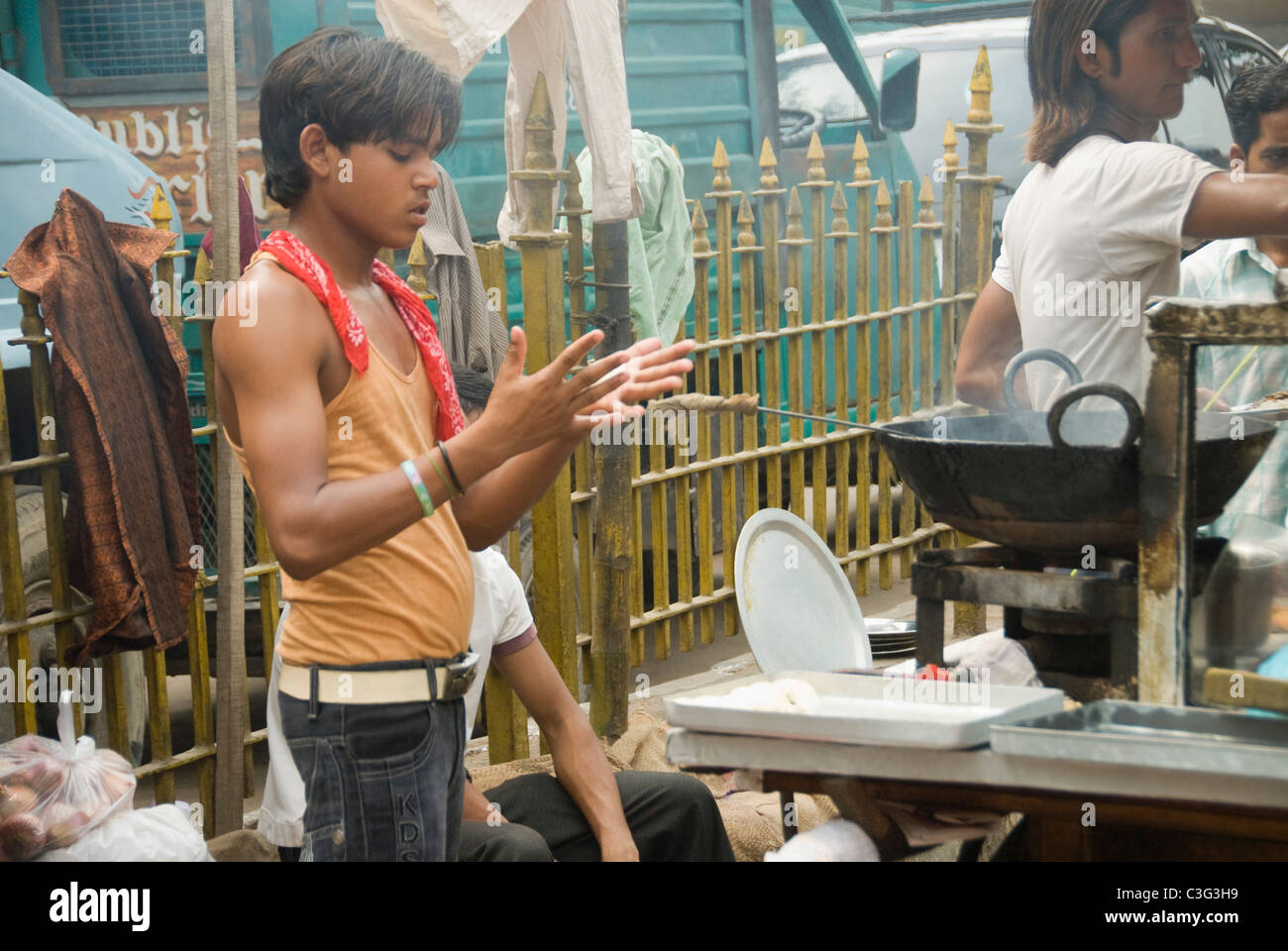 Men preparing chole bhature at a market stall, Chandni Chowk, Delhi, India - Stock Image