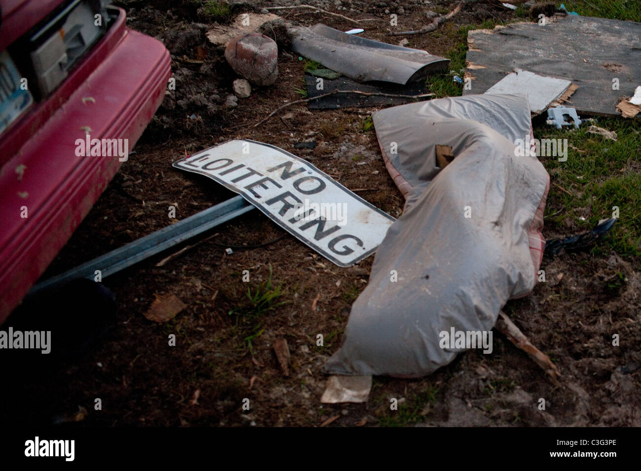 'No Loitering' sign, debris and wreckage on the ground after a tornado devastated Tuscaloosa Alabama - Stock Image