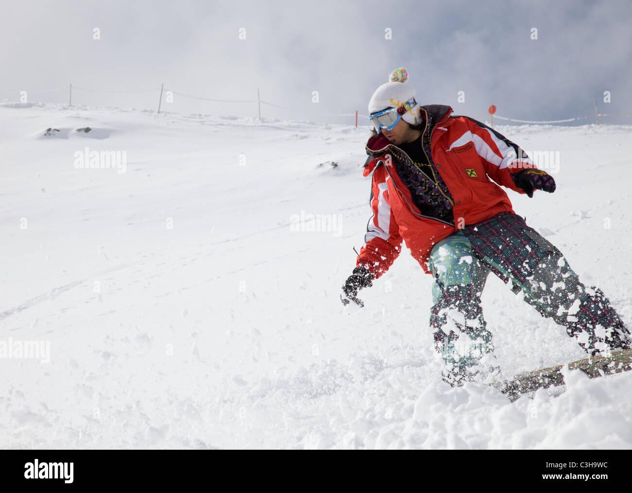 Snowboarder beim Tiefschnee fahren, Hochpustertal, Osttirol, Österreich Stock Photo