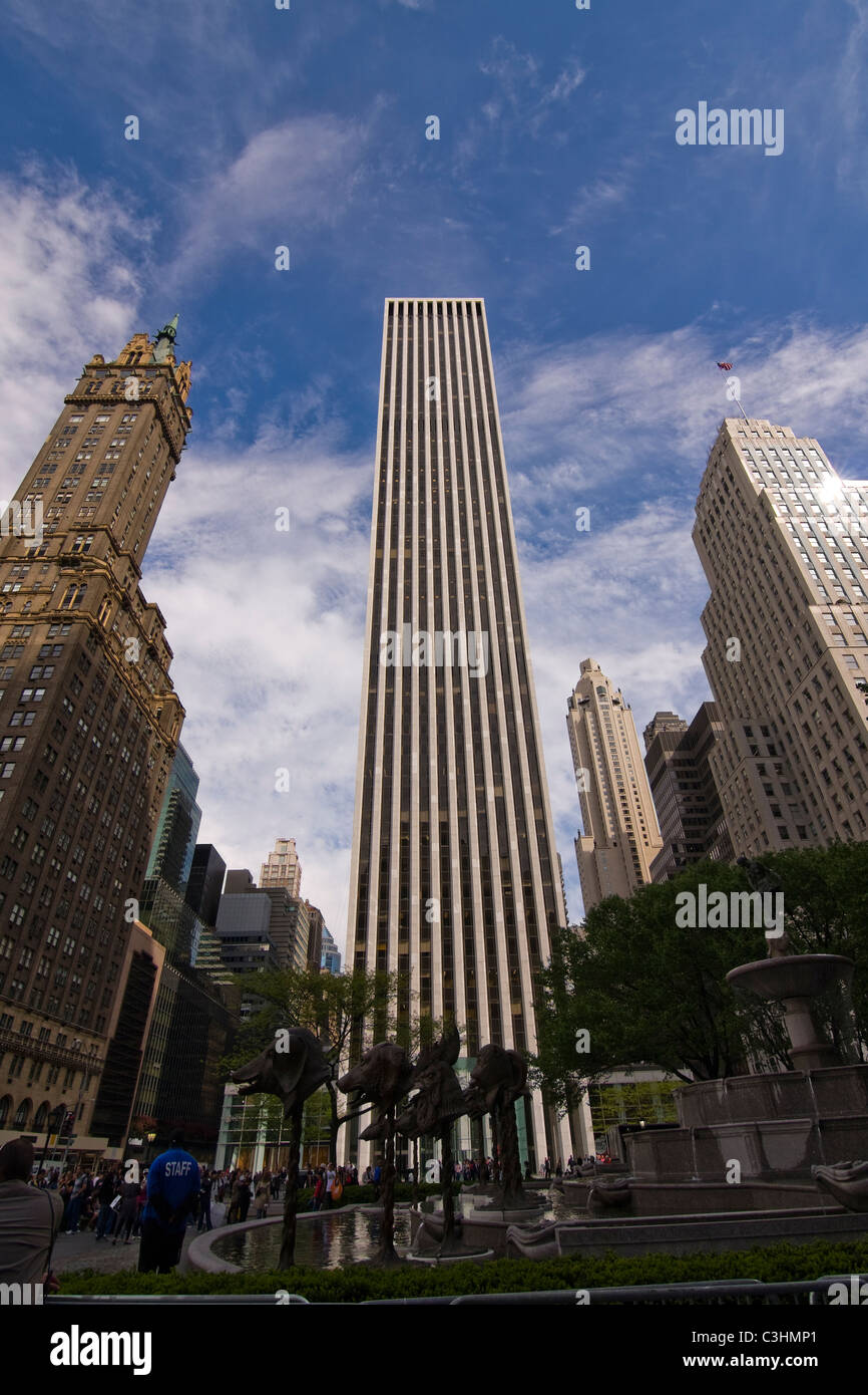 The General Motors Building at 59th Street and Fifth Avenue in Midtown Manhattan, New York City seen from the Pulitzer - Stock Image