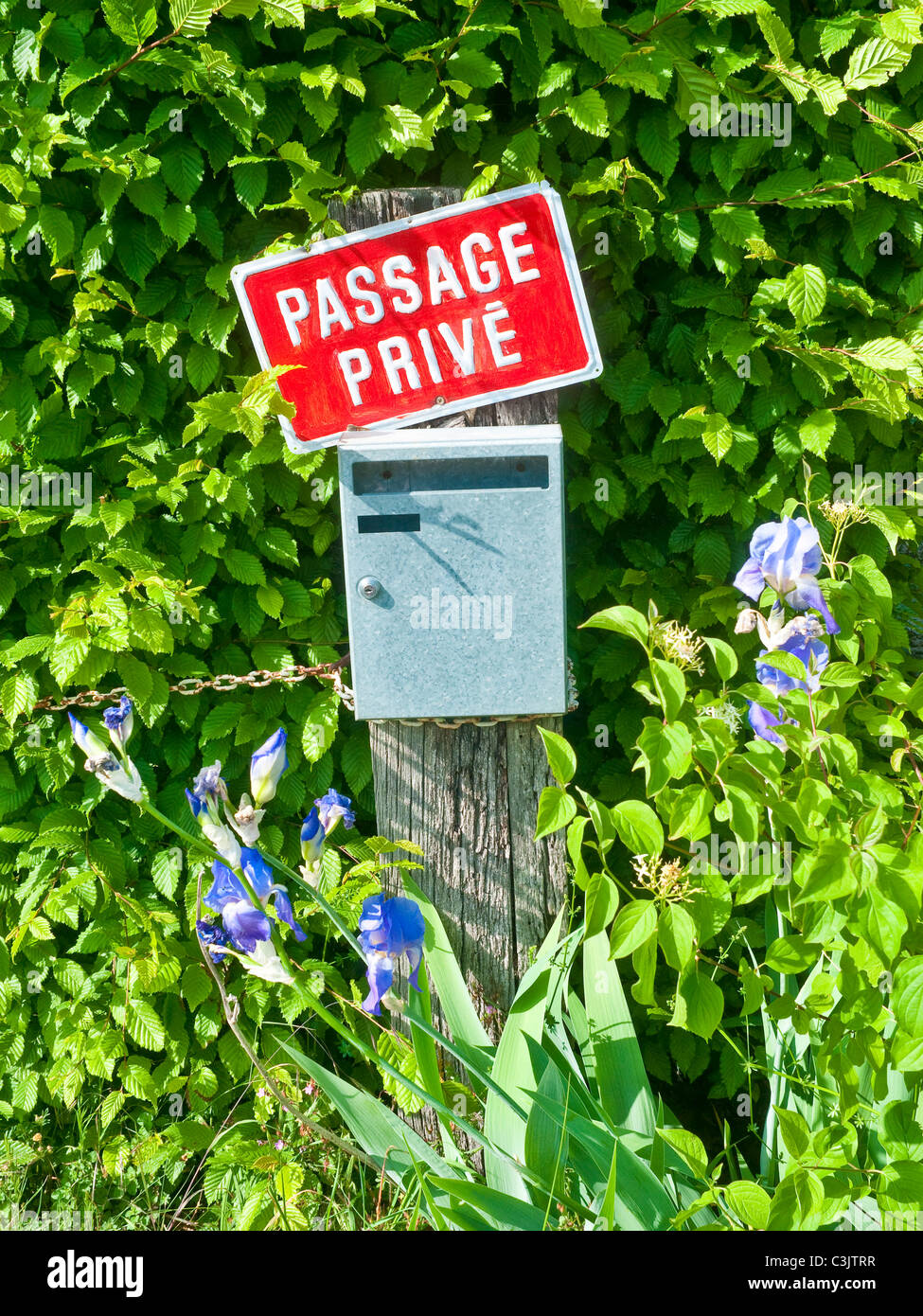 Passage Privé / Private Drive notice and letter box - France. - Stock Image