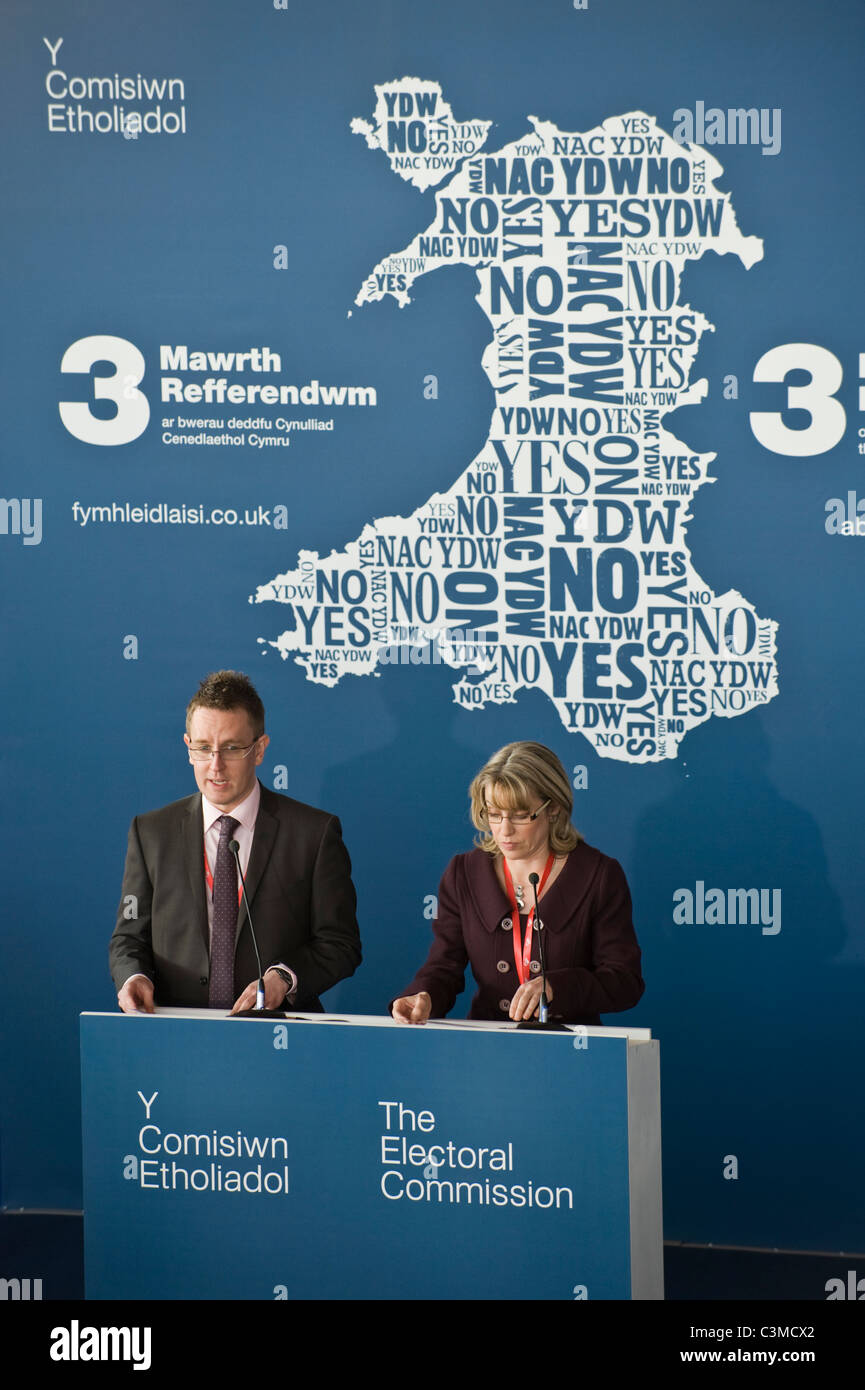 Officials from Electoral Commission give results of 2011 Referendum for greater law-making power for Welsh Assembly Stock Photo