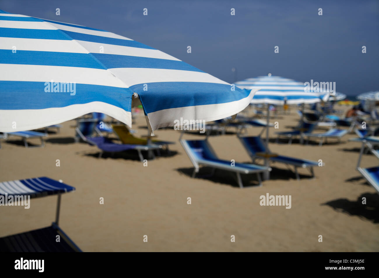 Itlay, Adria, Rimini, Sunshades and chairs on beach - Stock Image