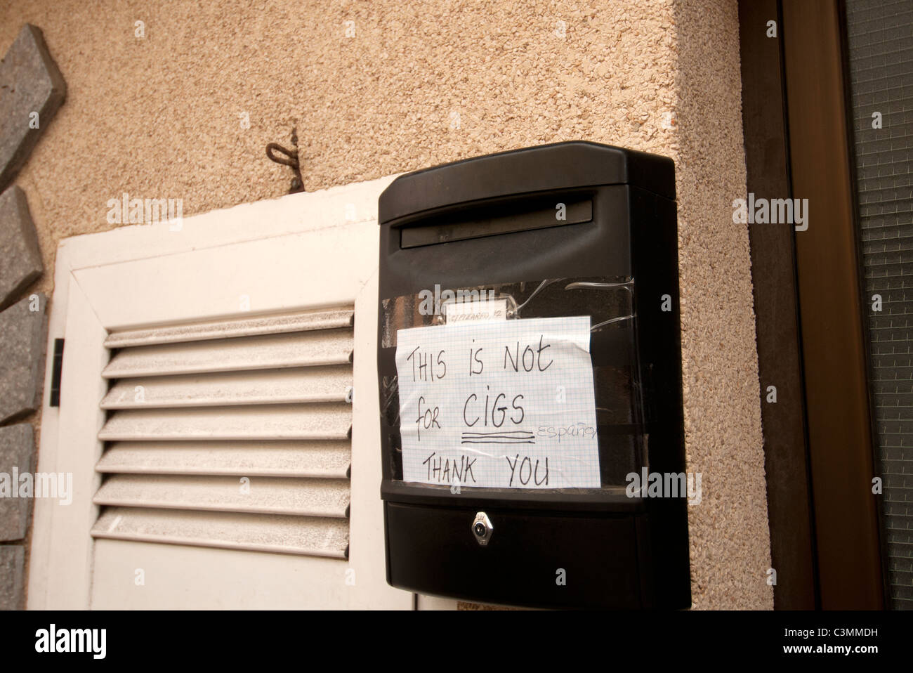 Notice on letter box This is not for cigs thank you - Stock Image