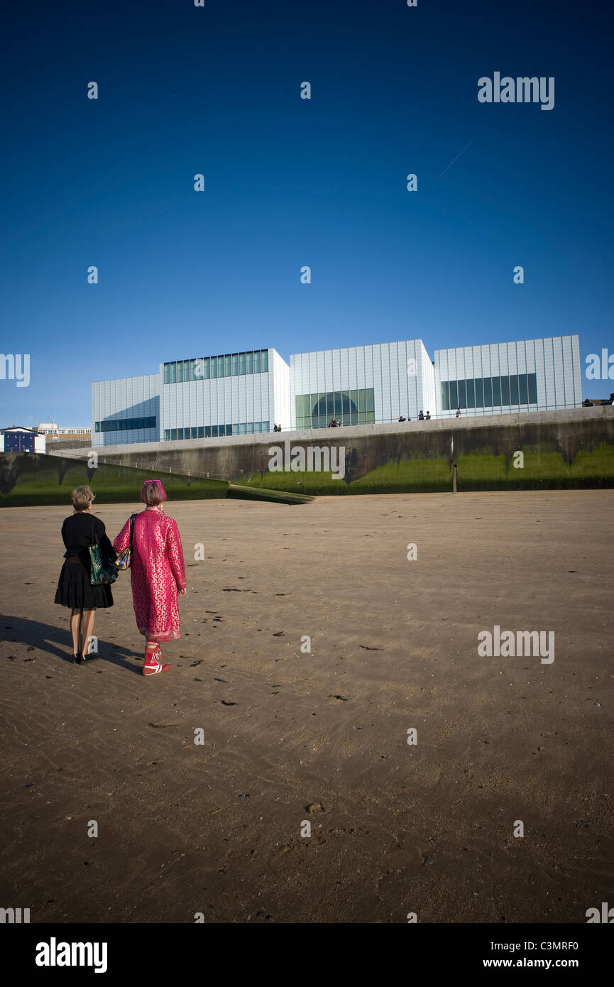 guests arrive at the Turner Contemporary for the launch event, viewing the gallery from the sand at low tide, Margate, - Stock Image