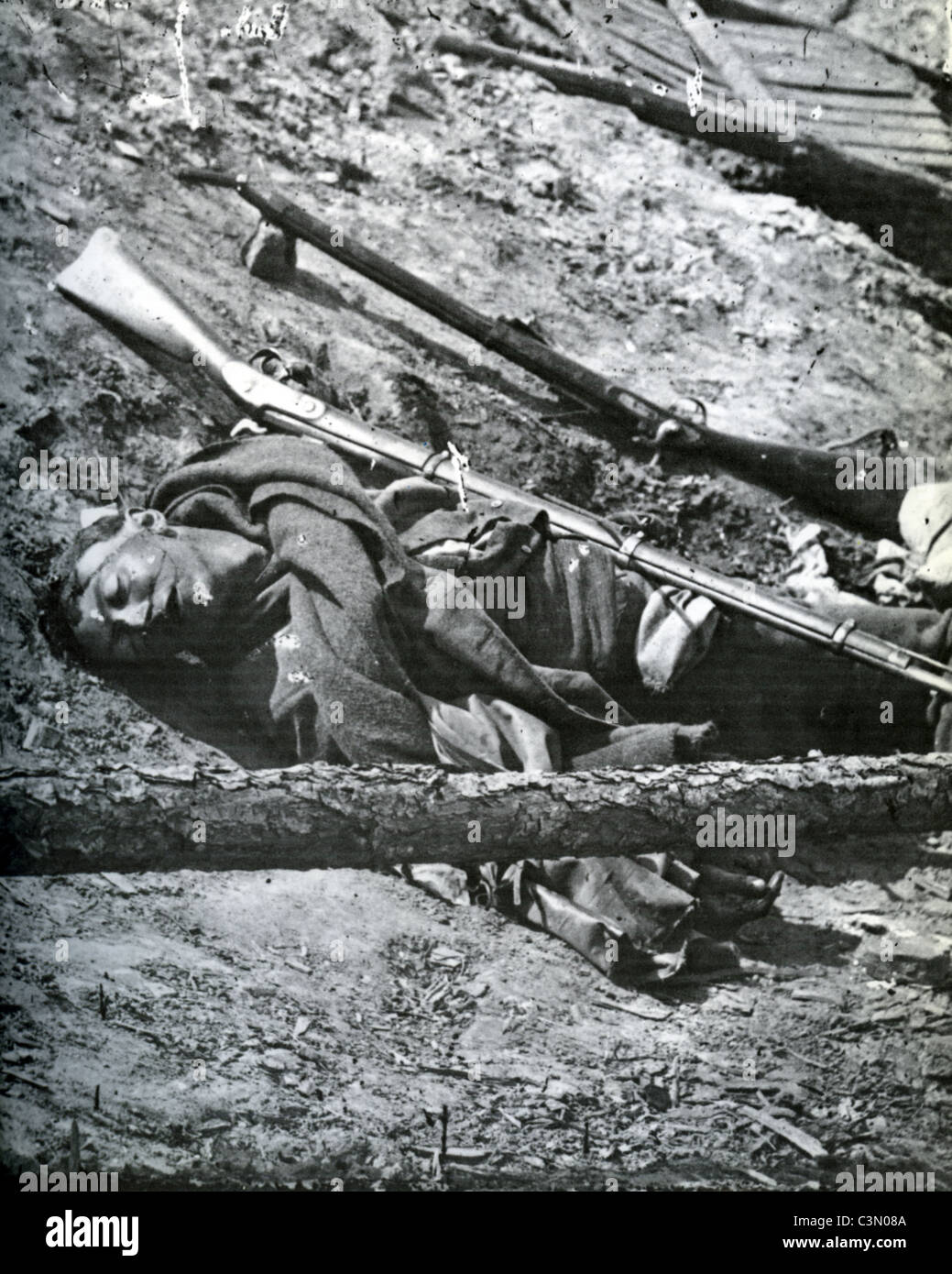 AMERICAN CIVIL WAR: Dead Confederate soldier at Petersburg in 1865 - Stock Image