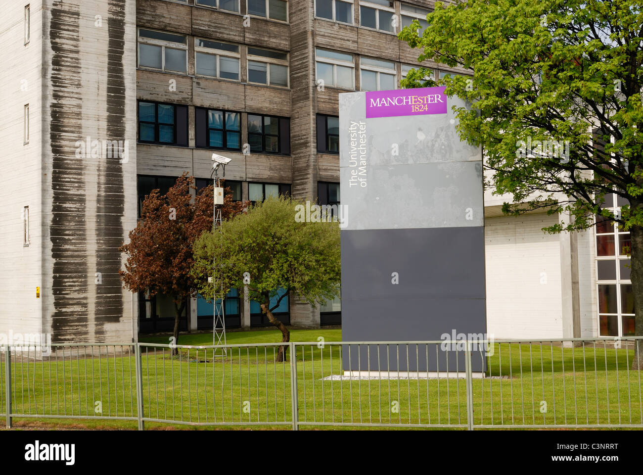 Manchester University building situated in central Manchester next to the Mancunian Way. - Stock Image