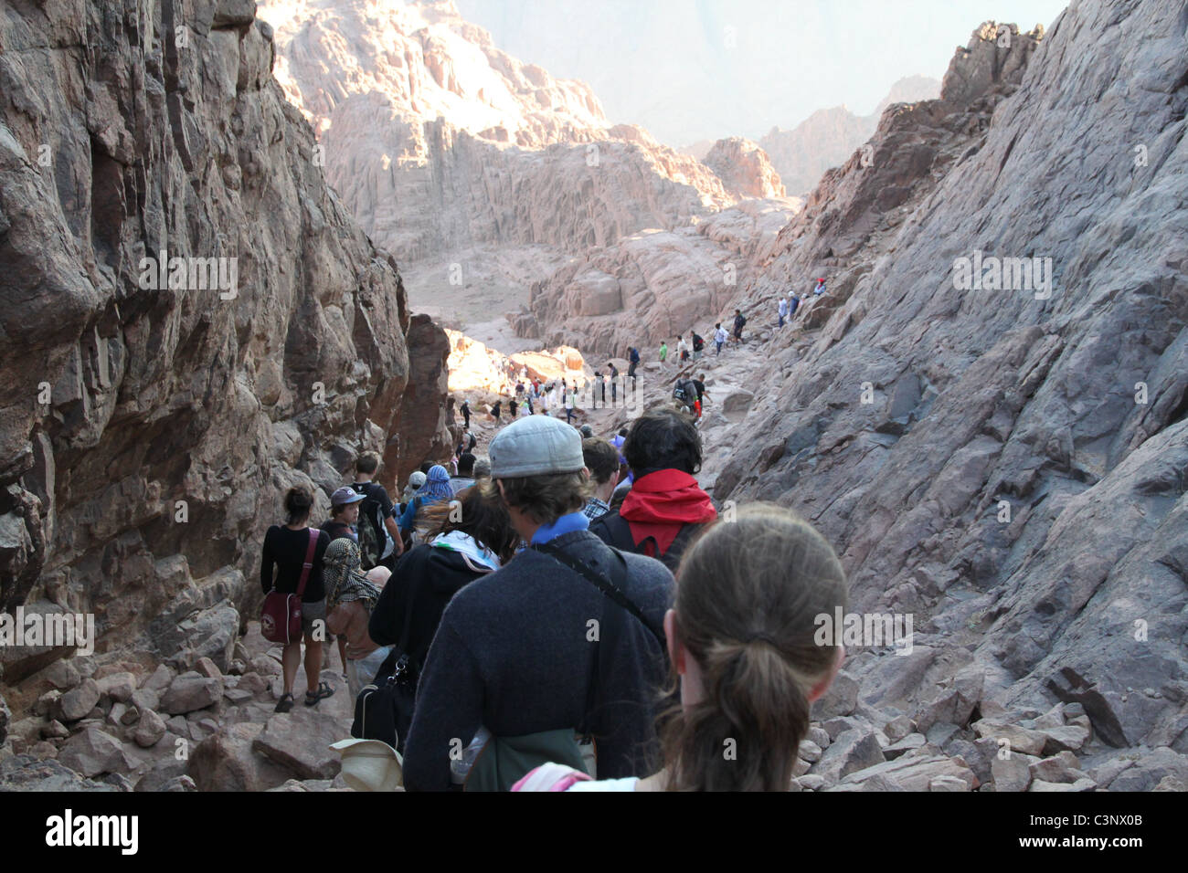 Visitors climbing down from the summit of Mount Sinai (Jebel Musa), Egypt. - Stock Image