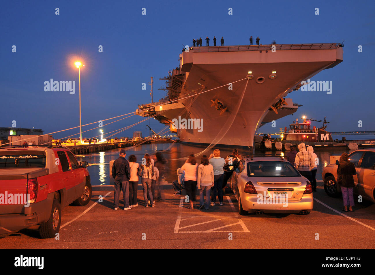 Family members and friends of Sailors aboard the Nimitz-class aircraft carrier USS George H.W. Bush (CVN 77) watch Stock Photo