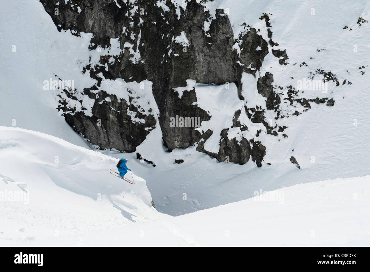 Austria, Arlberg, Man skiing downhill, doing jump - Stock Image