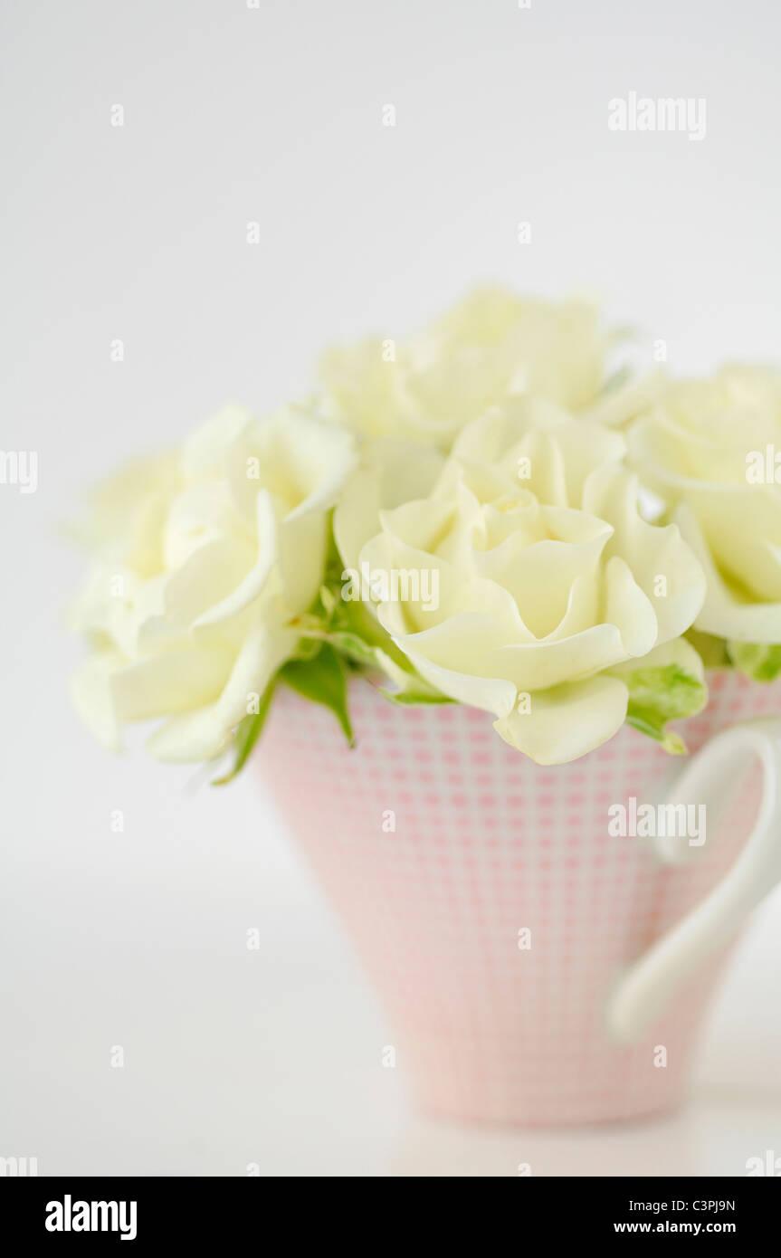 Flower vase with white roses on white background, close up - Stock Image