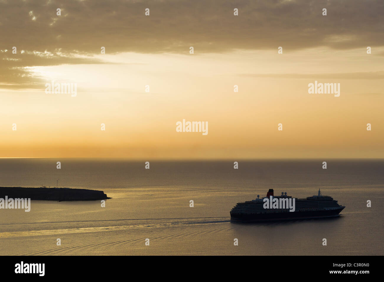 Europe, Greece, Thira, Cyclades, Santorini, View of cruise liner in aegean sea at sunset - Stock Image