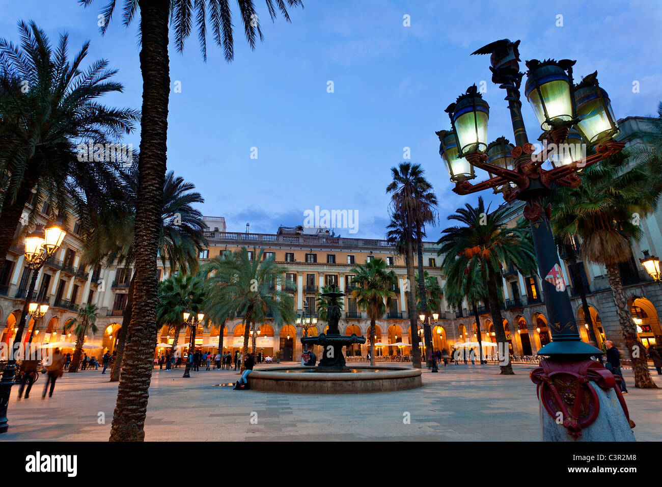 Spain, Catalonia, Barcelona, Barri Gotic district, Placa reial at Night - Stock Image