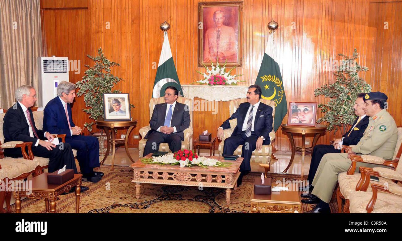 President, Asif Ali Zardari exchanges views with Senator John Kerry Chairman of US Senate Foreign Relations Committee, Stock Photo