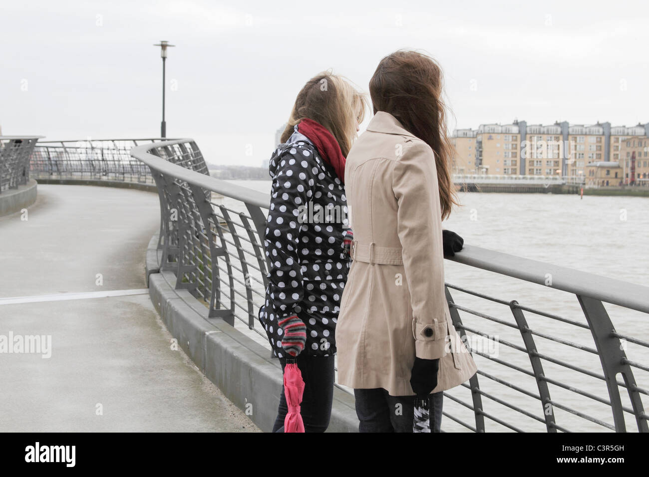 2 young women looking at river - Stock Image