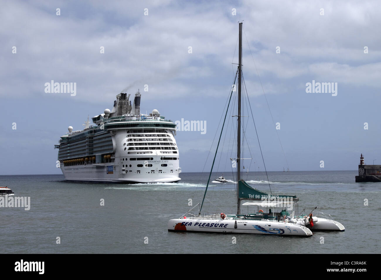 Royal Caribbean International Cruise Liner Independence of the Seas sailing out from Funchal harbour - Stock Image