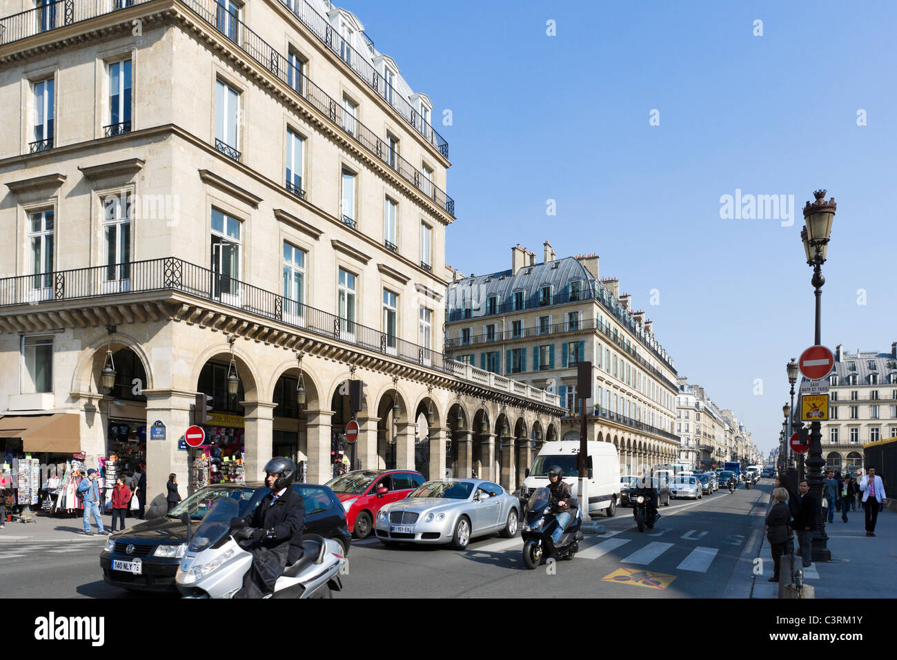 Traffic on the Rue de Rivoli near to the Louvre Museum in the city centre, Paris, France - Stock Image