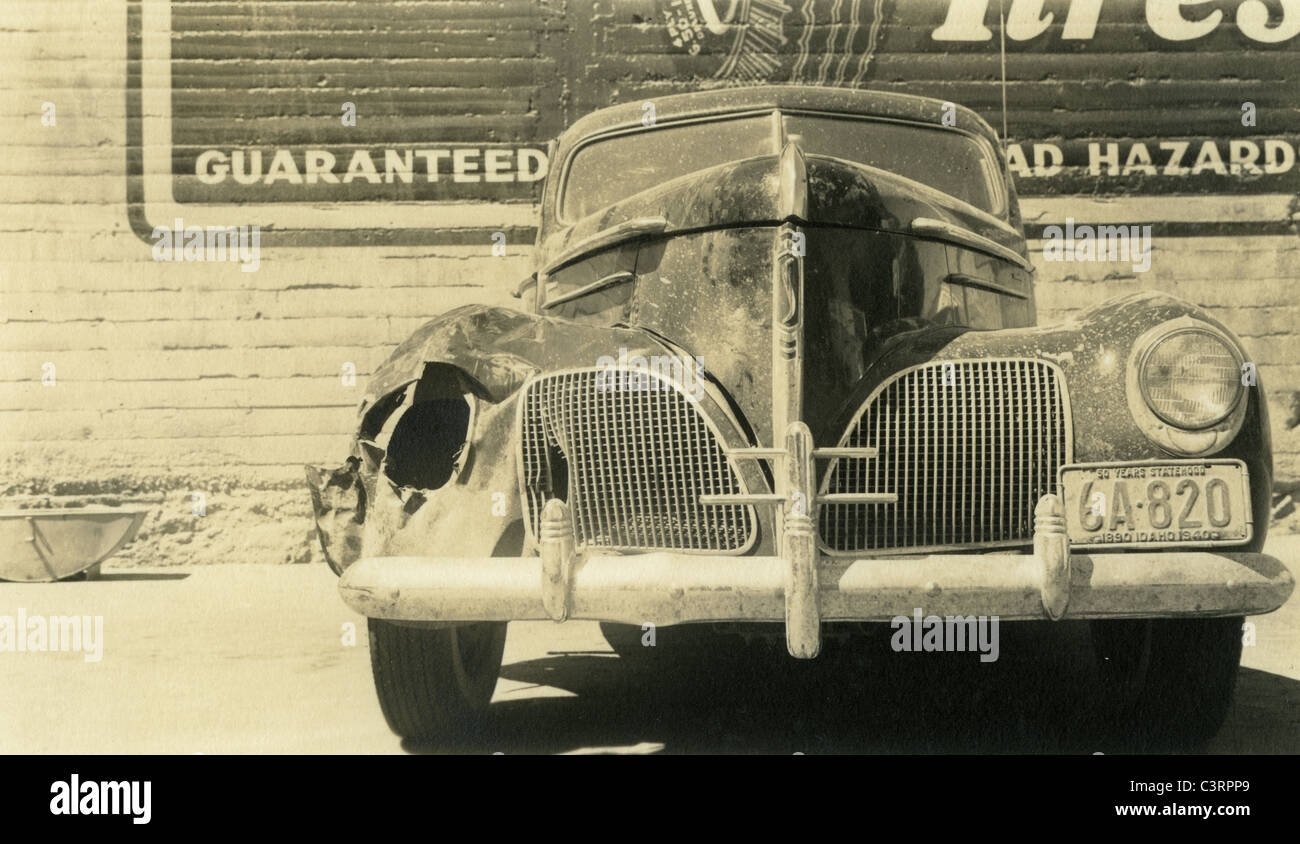 1930s studebaker crashed busted headlight los angeles repair shop 1940 automobile car grille idaho plate - Stock Image