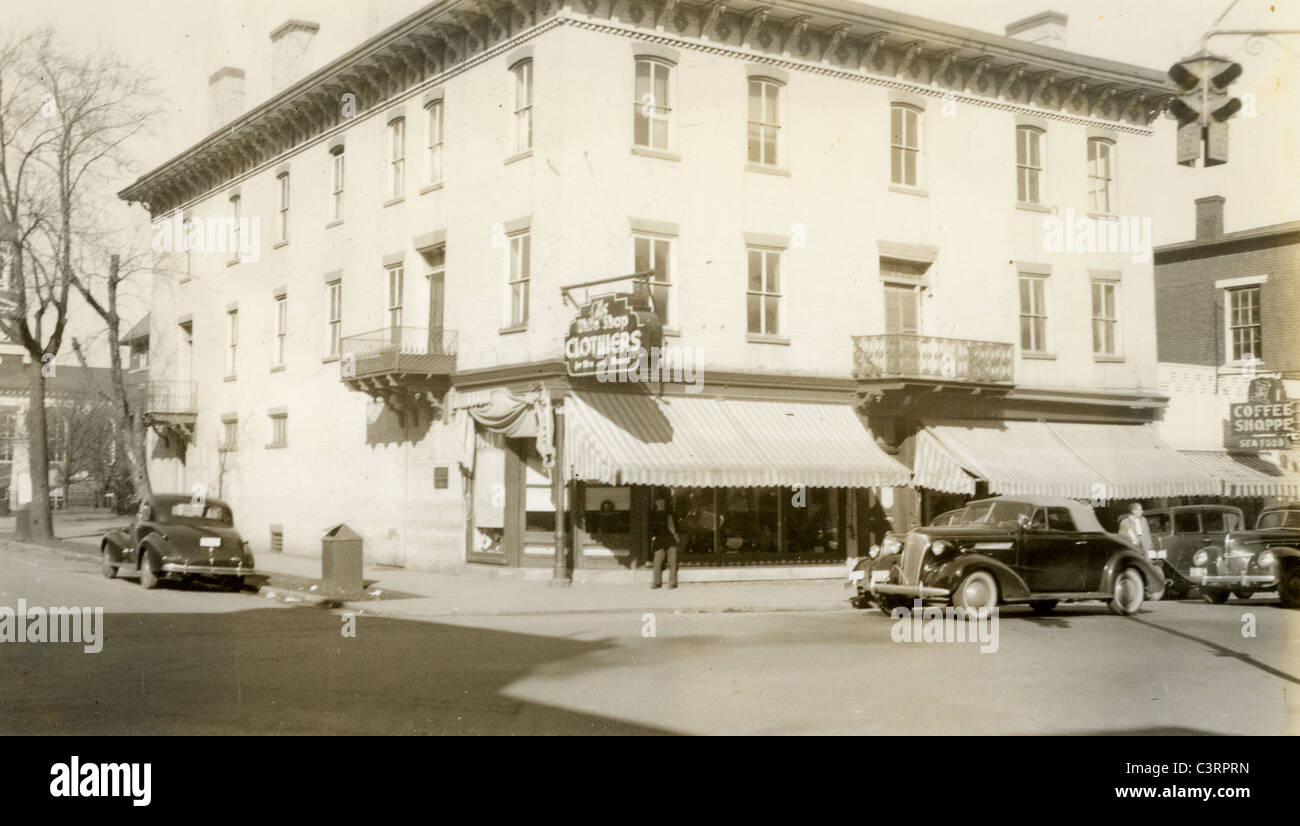 Street corner with clothing shop 1930s America cars architecture - Stock Image